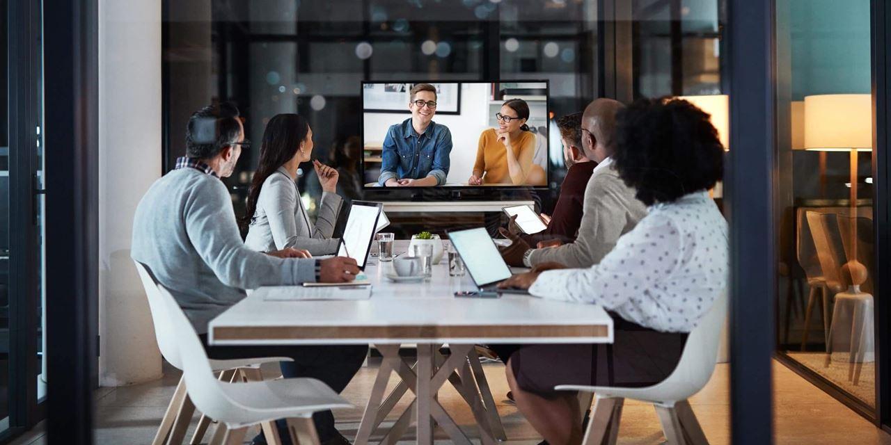 Samenwerken met mensen op kantoor én thuis, dat zijn huddle rooms